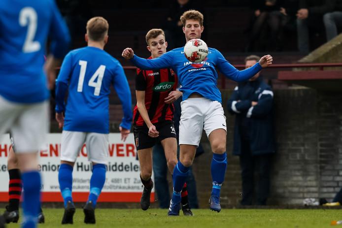Cyriel van der Veen (rechts) controleert de bal met Zundert-verdediger Steven Braspenning in zijn rug.