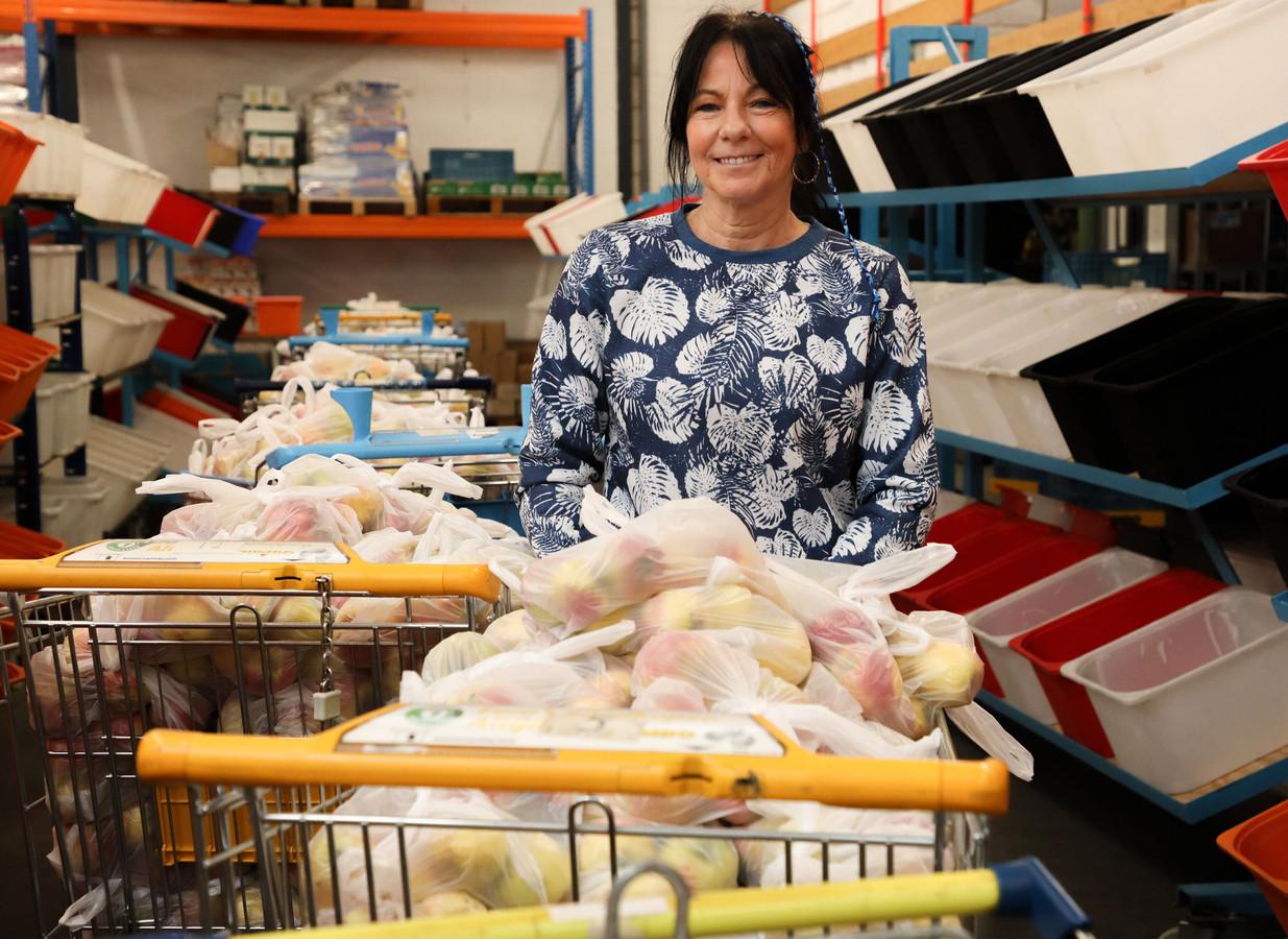 Miriam Hemelsoet bestiert al vijftien jaar de Voedselbank Zeeuws-Vlaanderen. Tot nu toe groeit de vraag naar voedselpakketten alleen maar.