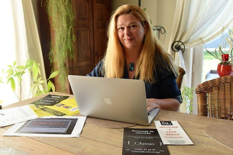 Schepen voor Vlaams Beleid Elsie De Greef (N-VA) van Beersel met de anderstalige publiciteit die de voorbije weken bij haar belandde.