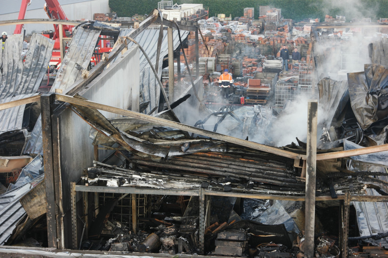De ravage, een dag na de zeer grote brand bij dakpannenhandel Bogers in Sprang-Capelle.