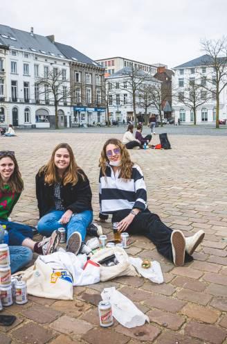 """REPORTAGE. """"Nog nooit naar zoveel kotfeestjes geweest als dit academiejaar"""": op het Gentse Sint-Pietersplein, waar studenten alles doen wat virologen hebben verboden"""