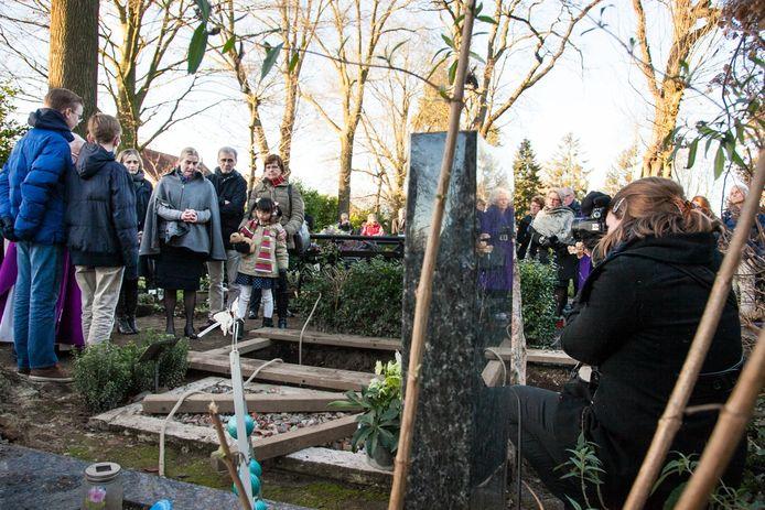 Fenneke (rechts) aan het werk tijdens een begrafenis.