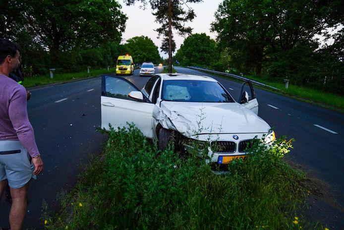 Een auto reed hard tegen een andere auto die met pech langs de weg stond.