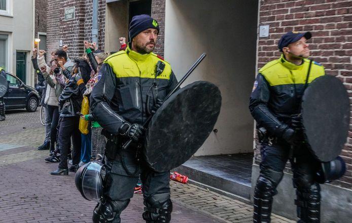 De anti-zwarte piet demonstranten werden voor hun eigen veiligheid beschermd tegen de pro zwarte pietengroep In de rozemarijnstraat.