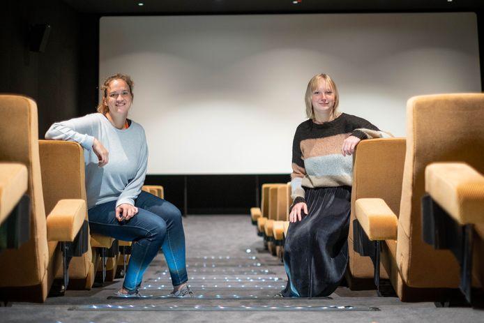 MECHELEN Shari Meynen en Ingeborg Verstappen in één van de filmzalen van Cinema Lumière