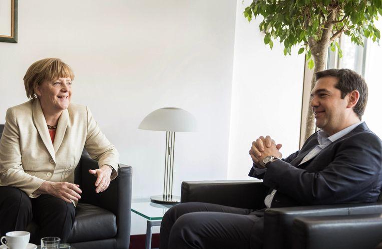 Angela Merkel en Alexis Tsipras in overleg. Beeld EPA