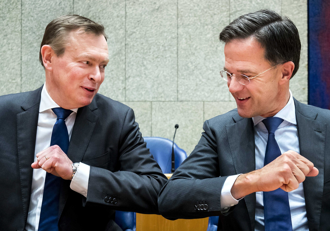 Minister Bruno Bruins en premier Mark Rutte geven elkaar de ellebooggroet.