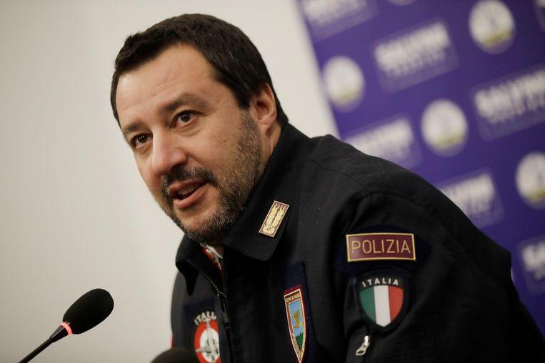 Salvini in een politie-uniform tijdens een persconferentie in december in Milan. Beeld AP