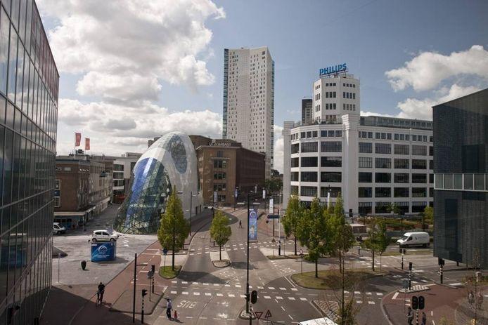 Deel van het Eindhovense centrum. Het is belangrijk door te pakken met forse woningbouw tussen de te los van elkaar liggende publiekstrekkers binnenstad en Strijp-S. foto Marcel Willems