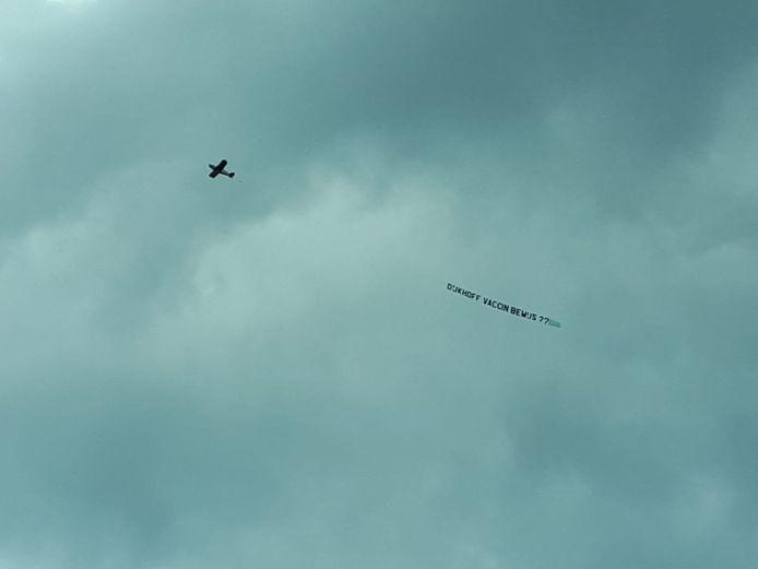 Vliegtuigje boven PSV-stadion