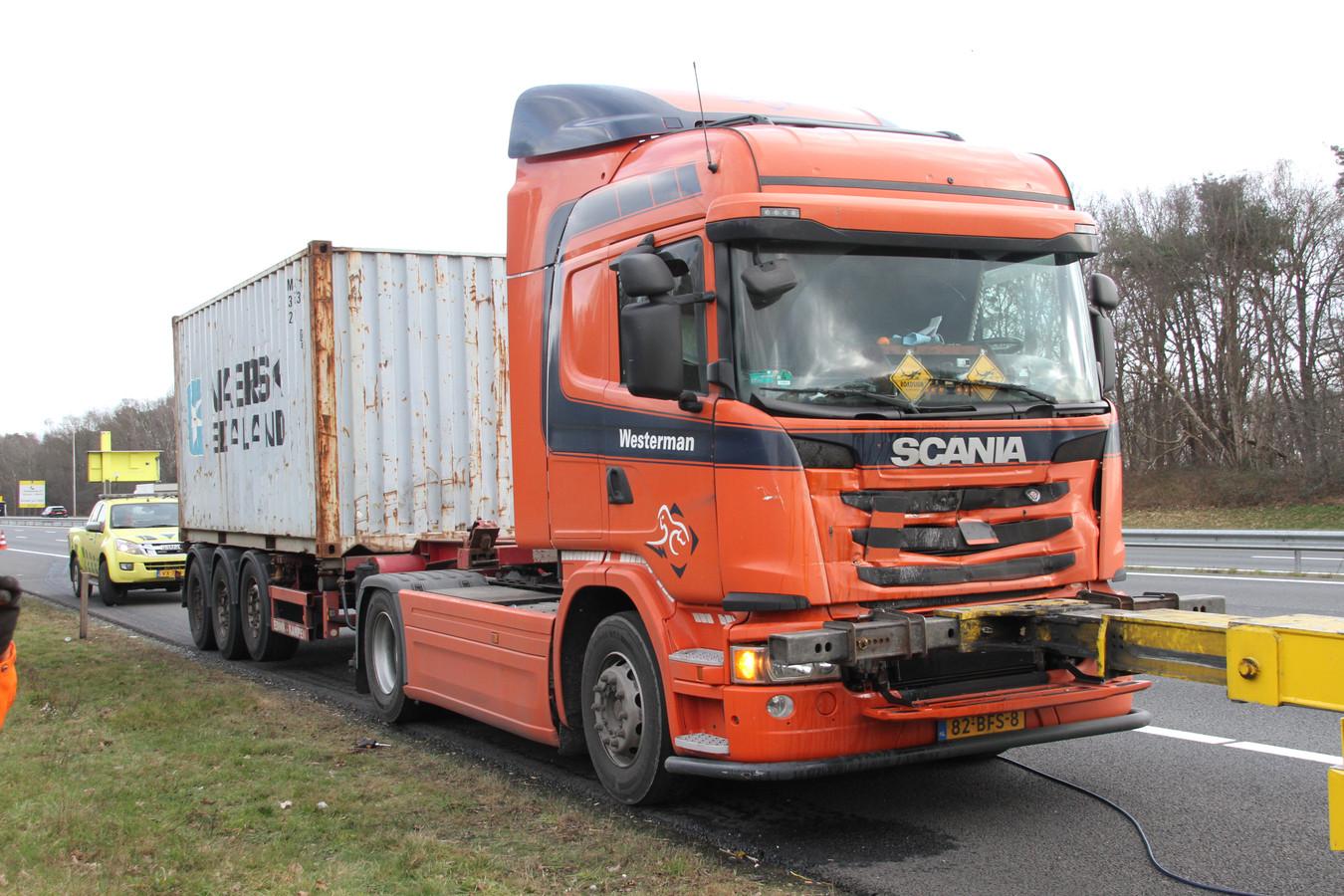 Een van de vrachtwagens moest worden afgesleept.