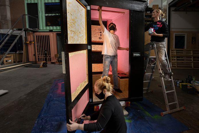 Voormalig stripper Maggie Saunders, activiste Mischa Tydemans en kunstenaar Jort de Groot werken aan de rollende peepshow.