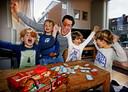 Jan-Maurits Duparc speelt samen Viggo, Reijn , Tobi en Arne het Poepspel