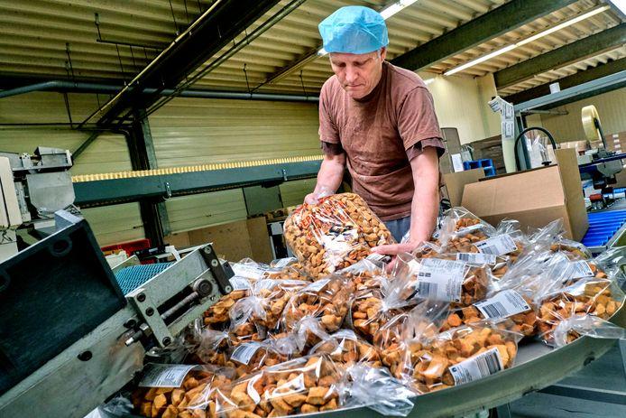 Ad Snoek in de bakkerij in Strijen met zijn beroemde pepernoten. De productie van de zoete lekkernij verhuist naar Numansdorp.