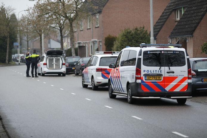 De politie doet onderzoek op de plek waar de fietser beroofd werd.
