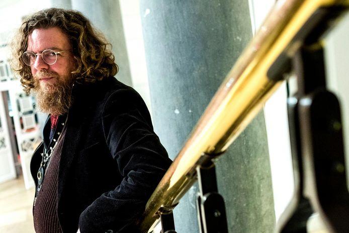 Schrijver Jeroen Olyslaegers is één van de gidsen tijdens de tour.