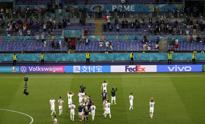 Reclame in Chinese tekens langs het veld bij de openingswedstrijd van het EK 2021, het door Italië gewonnen duel tegen Turkije. Beeld EPA