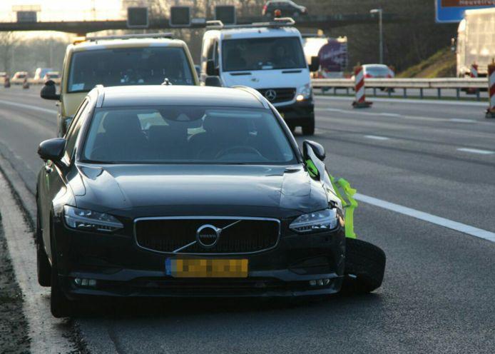 Op de A1 bij Holten heeft een auto flinke schade opgelopen, door dat hij over een paaltje is gereden.