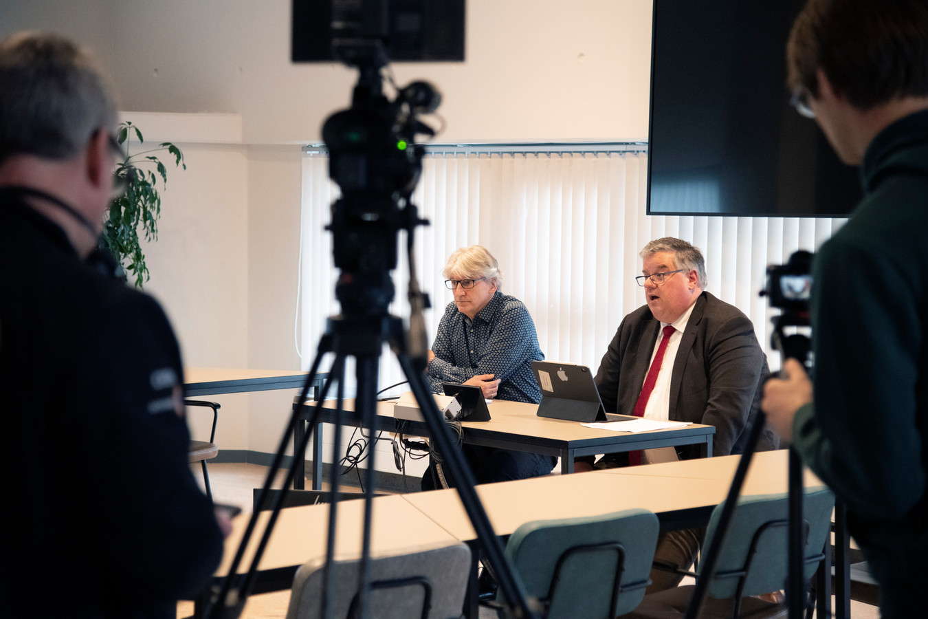 Persconferentie van burgemeester Hubert Bruls van Nijmegen, tevens voorzitter van het Veiligheidsberaad.