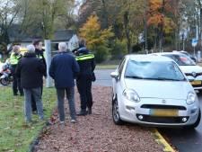 Automobilist rijdt vrouw aan, vlak bij politiebureau in Apeldoorn