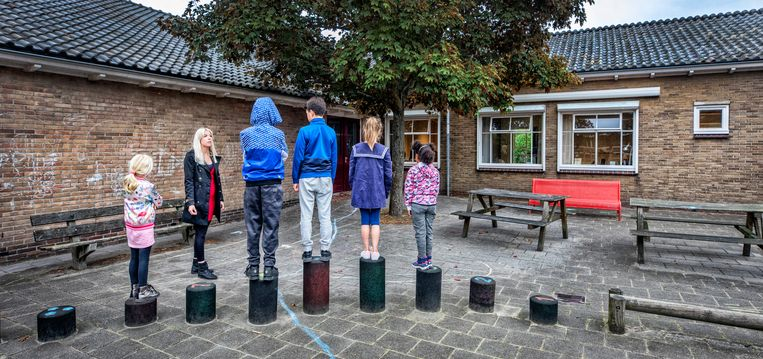 Directeur Nicolette Schipper van De Eenhoorn, een  school voor special onderwijs in Hoorn, spreekt wat kinderen toe op het schoolplein. Beeld Raymond Rutting / de Volkskrant