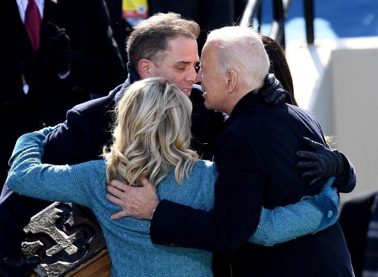 De net beëdigde Amerikaanse president Joe Biden omhelst zijn vrouw Jill en zoon Hunter, op 20 januari dit jaar. Beeld AFP