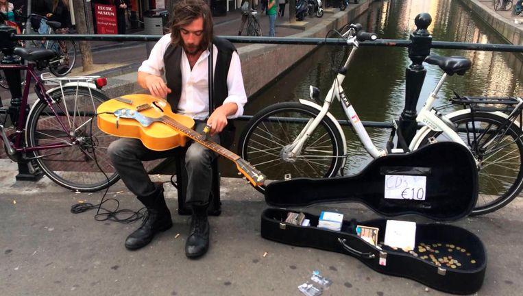 De Britse bluesmuzikant Jack Broadbent speelde in 2014 als straatmuzikant op de Oudezijds Achterburgwal. Inmiddels staat hij op de grootste jazzfestivals Beeld YouTube