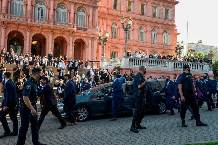 De begrafeniswagen met het lichaam van Diego Maradona onderweg naar zijn laatste rustplaats.  Beeld AFP