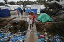 """Artsen Zonder Grenzen spreekt over """"mensonterende situatie"""" in de vluchtelingenkampen op de Griekse eilanden."""