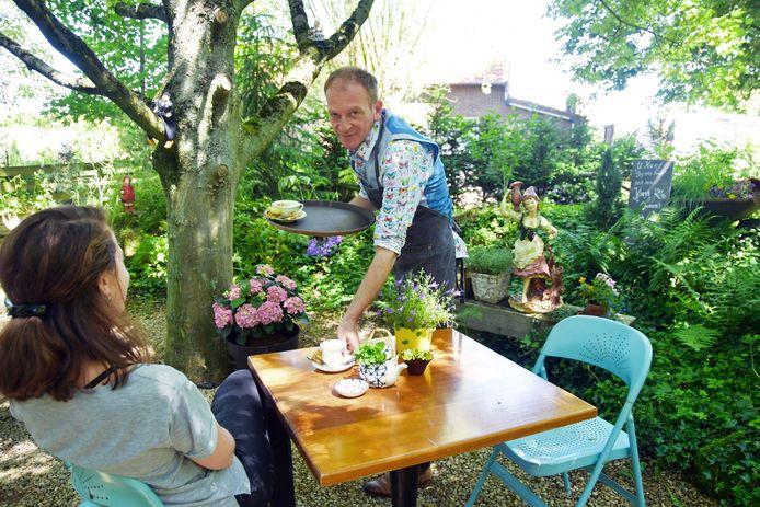 Theetuin Bij ons Tuus in Koewacht wordt gerund door Danny van Oost, die niet alleen bedient maar ook al het lekkers zelf maakt.