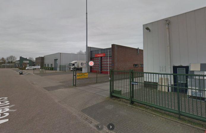 De nieuwe umts-mast staat achter de brandweerkazerne in Riel.
