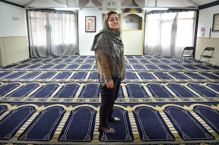 Hajer Harzi in het gebedshuis Al Wasatia, waarnaar de gematigde moslims zijn uitgeweken. Beeld Marcel van den Bergh