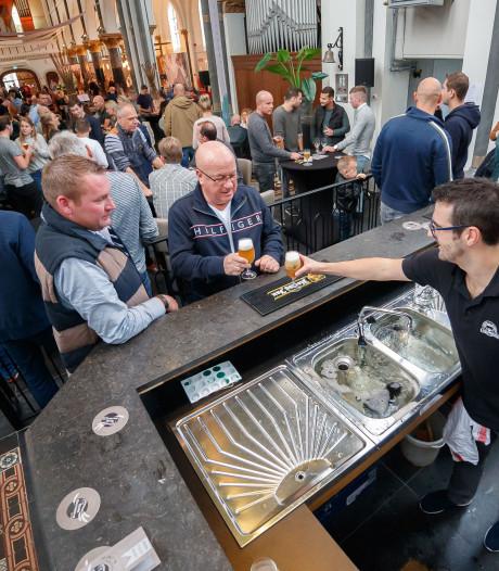 Bier met dennentoppen tijdens bierfestival Klundert