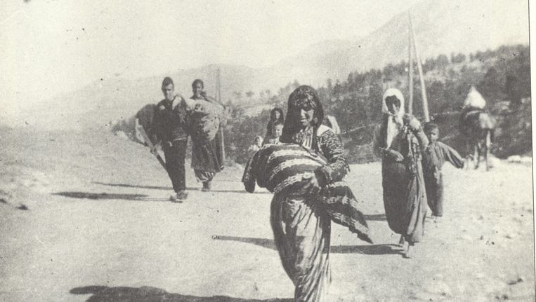 Een Armeense vrouw draagt haar kind tijdens de massale deportaties naar woestijngebieden die plaatsvonden tussen 1915 en 1917 en waarbij honderdduizenden Armeniërs om het leven kwamen. Beeld AFP