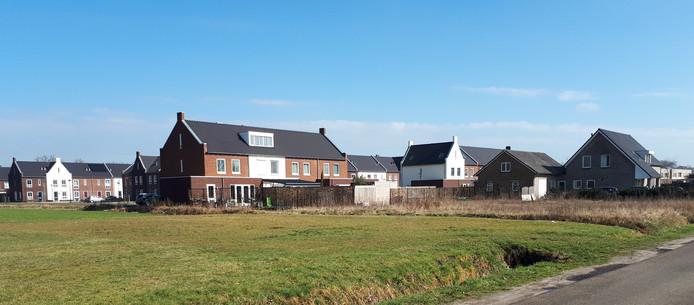 Zicht op De Erven 'fase 3' aan de westkant van Heesch. Rechts op de foto het terrein waarop twee  van de vijf extra huizen komen.