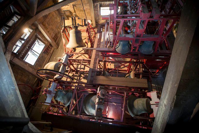 De nieuwe Plechelmusklok wordt in oktober de toren in gehesen. De 49e klok in het carillon is in Spanje gegoten.