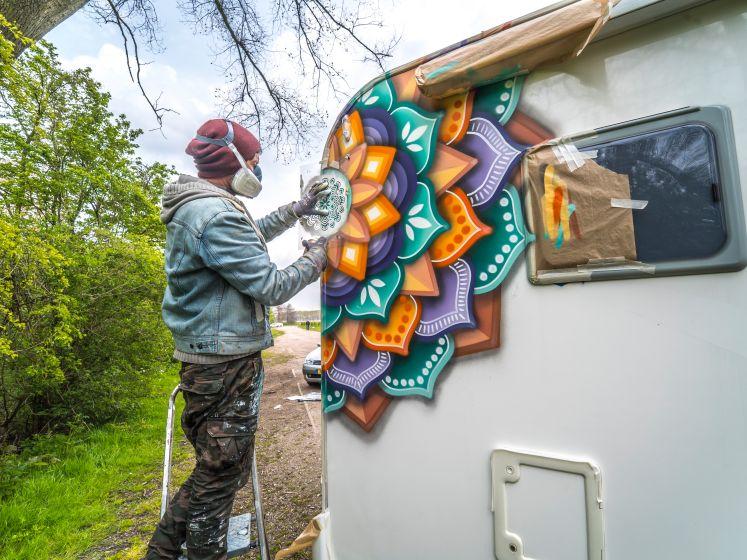 Dennis Mandala vrolijkt campers en muren op met zijn kleurige cirkels. 'Ze zitten zelfs op mijn eigen lijf'