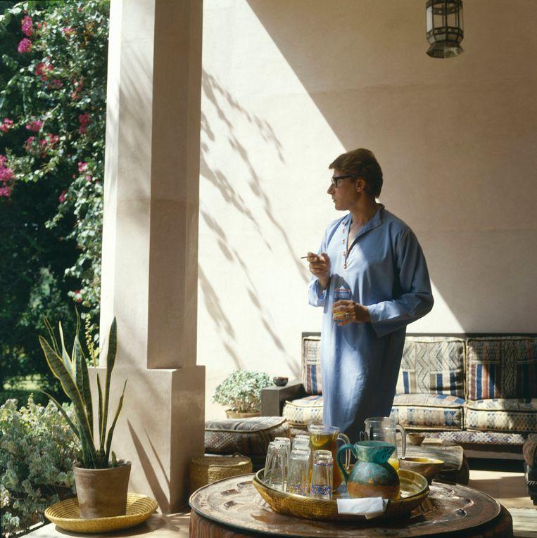 Ontwerper Yves Saint Laurent op zijn patio in Marrakech, in 1980. Beeld Conde Nast via Getty Images