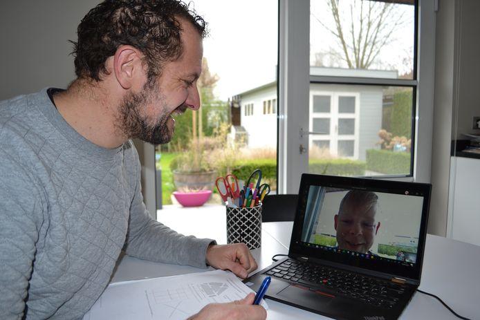 't Saam leerkracht Andy Hoedt in gesprek met een leerling.