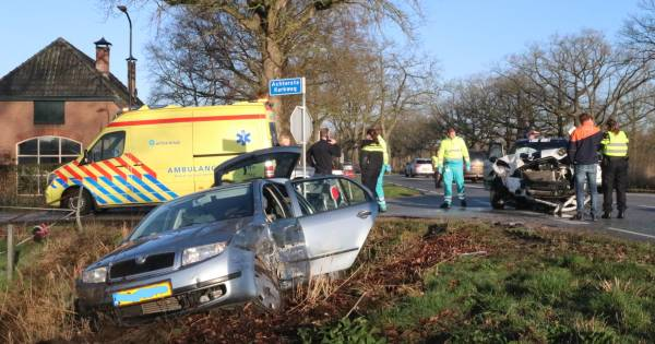 Frontale botsing in Apeldoorn: auto's total loss, kinderen geschrokken.