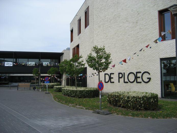 De omgeving van woon-en zorgcentrum 't Hof, de serviceflats en het dienstencentrum is feestelijk ingepakt met meer dan zeshonderd kleurrijke vlaggetjes en pompons.