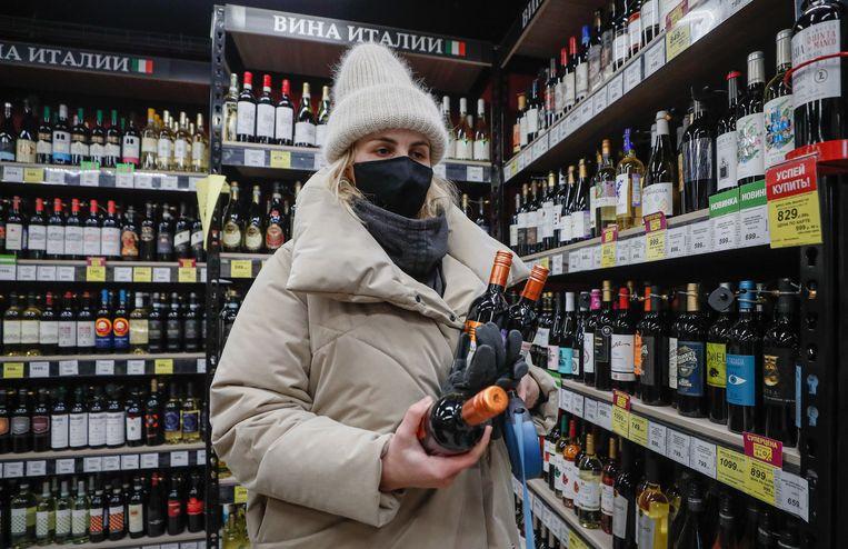 Een inwoner van Moskou slaat drank in. Beeld EPA