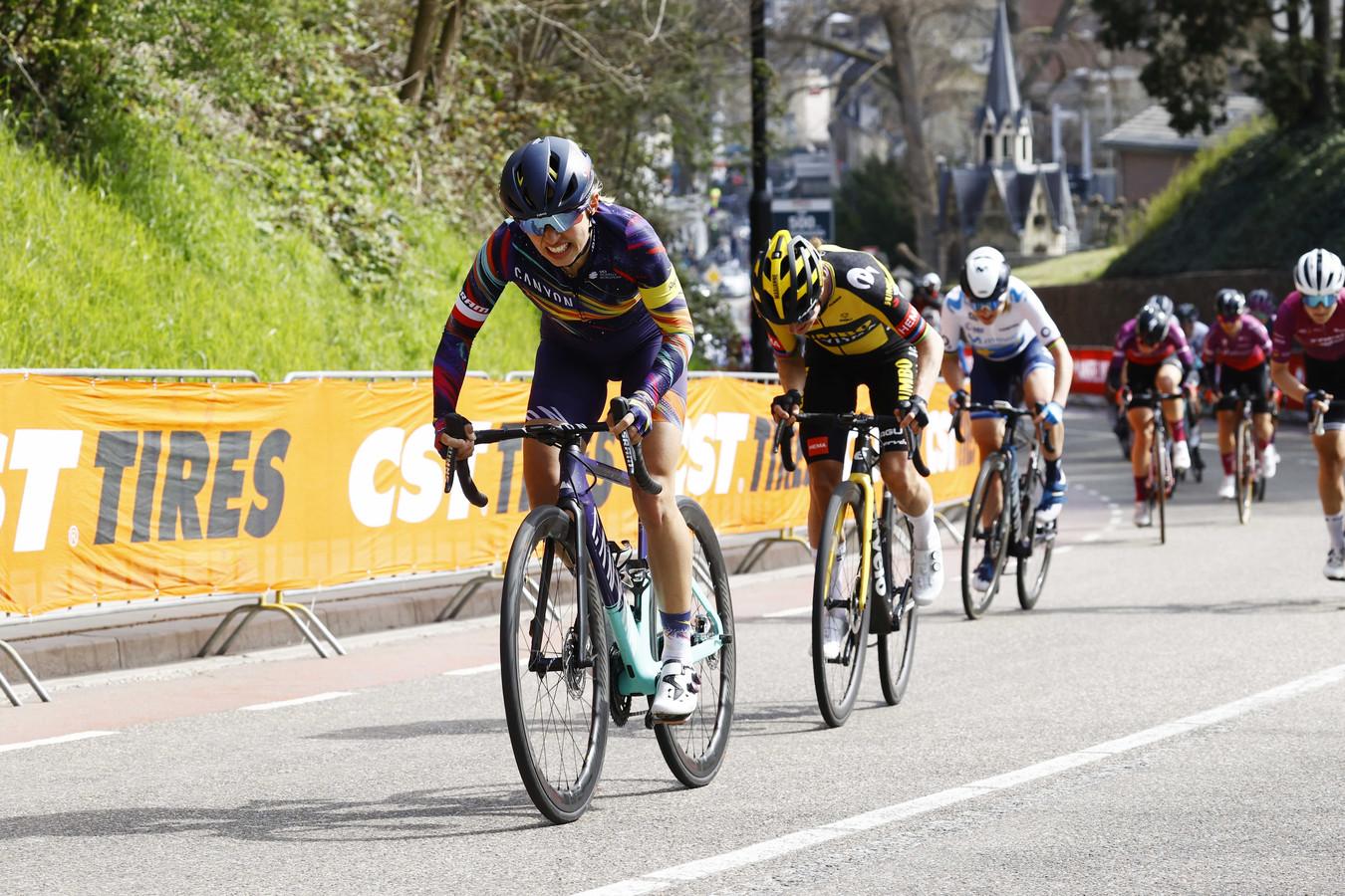 Katarzyna Niewiadoma en Marianne Vos in actie tijdens de Amstel Gold Race Ladies Edition.