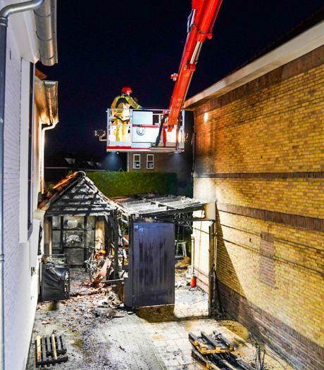 Flinke schade aan twee huizen door felle brand in Eindhoven
