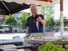 Visboer Jan verkoopt al 45 jaar haring: 'Ik kon eerder fileren dan lopen'
