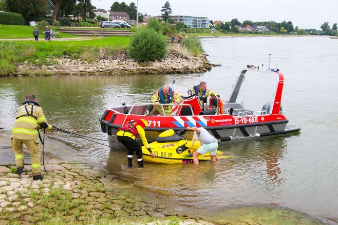 De bestuurder van de gezonken waterscooter in de IJssel helpt de brandweer met slepen.