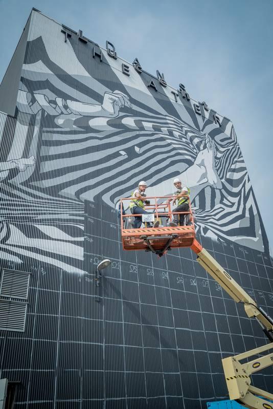 Street-art tegen de gevel van het oude Lucent Danstheater in Den Haag