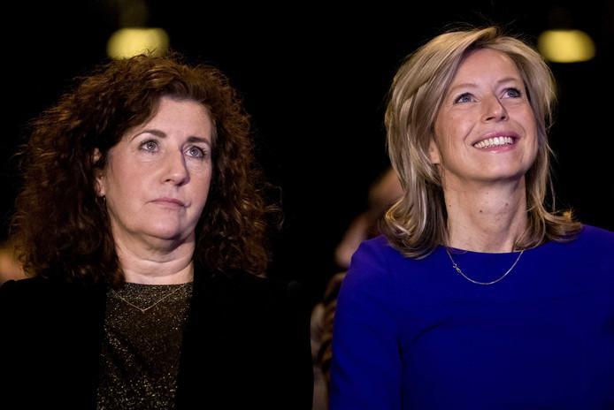 Minister van Binnenlandse Zaken Kajsa OIlongren (r) tijdens het partijcongres van D66, met naast zich onderwijsminister Ingrid van Engelshoven.