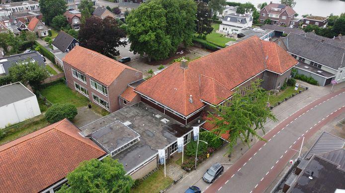 Een deel van het dak van het monumentale gebouw de Kastanjehof in Hardenberg, een oude basisschool, is in slechte staat.