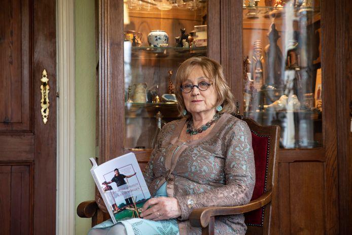 Nelleke de Jong-van Nederpelt (70) koestert het boek over haar in 2014 overleden zoon Karan. ,,Het biedt mij troost en voedt mijn herinneringen.''